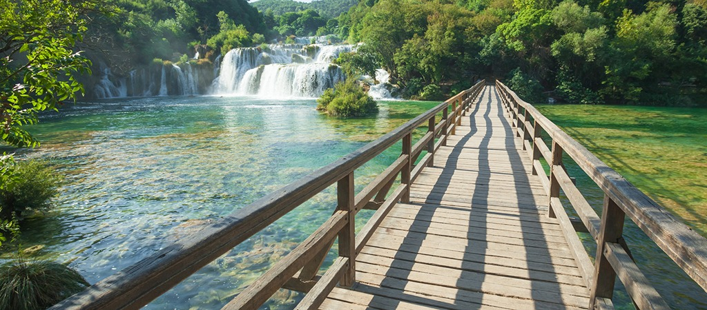 This image has an empty alt attribute; its file name is Adventures-Croatia-Custom-Curated-Itineraries-Travel-Croatia-Plitvice-Lakes.jpg